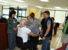 Bệnh nhân đang được sửa cột sống và đầu gối trước khi tập đi.